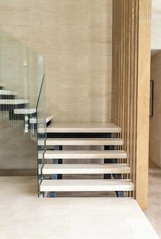 Marche d'escalier beige dans la conception de loft