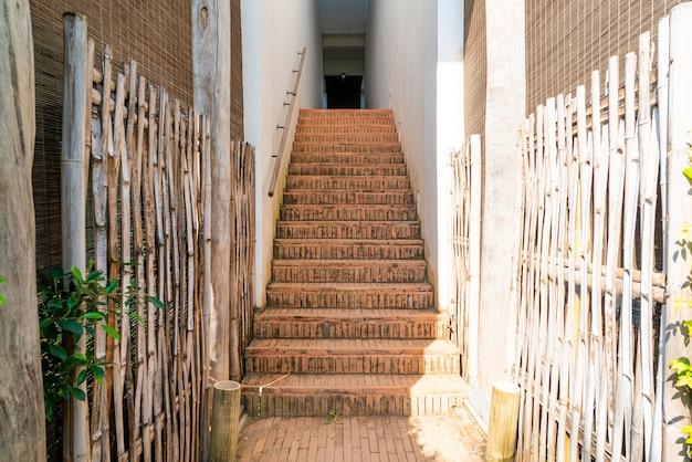 Marche d'escalier en brique extérieure avec mur blanc
