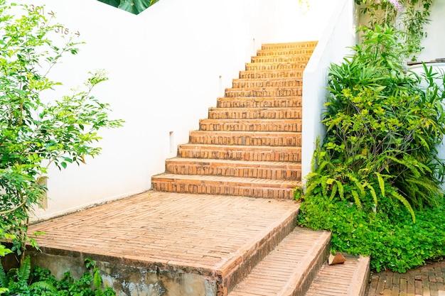 Marche d'escalier en brique ourdoor avec mur blanc