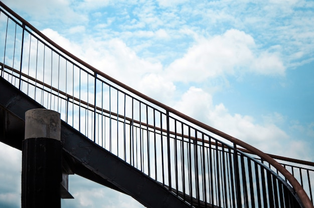 Marche d'escalier extérieur vers le haut de style loft