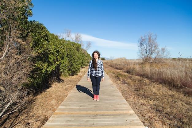 Marche femme, sur, long, promenade bois, piste