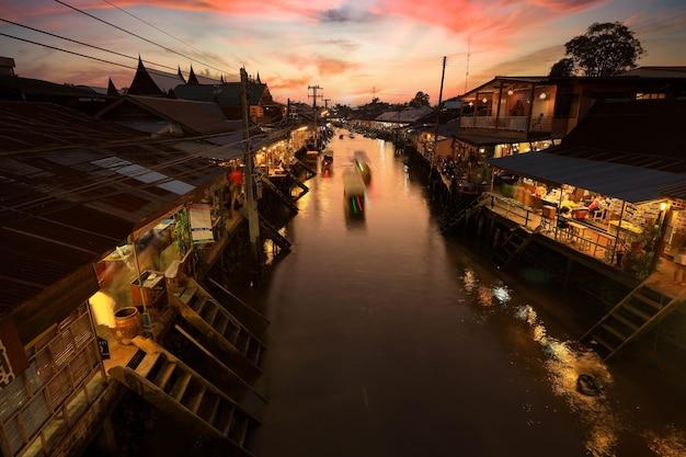 Le marché flottant d'ampahwa est l'un des marchés flottants les plus célèbres de thaïlande