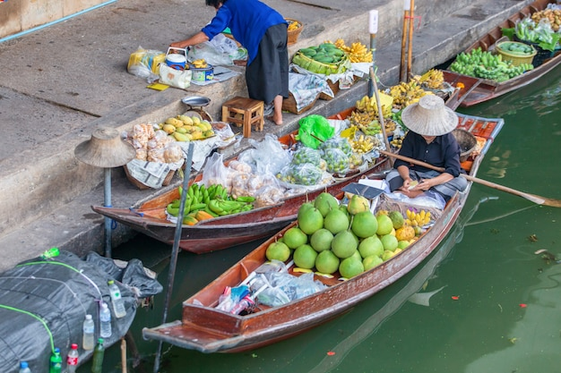 Marché flottant de damnoen saduak près de bangkok en thaïlande