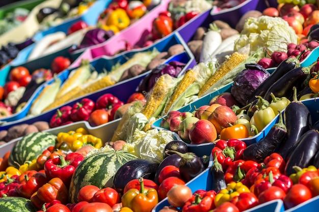 Marché de fruits fermiers avec divers fruits et légumes frais colorés
