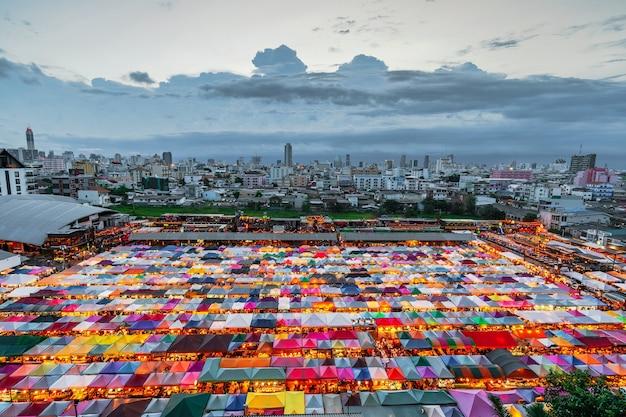 Marché nocturne coloré en thaïlande