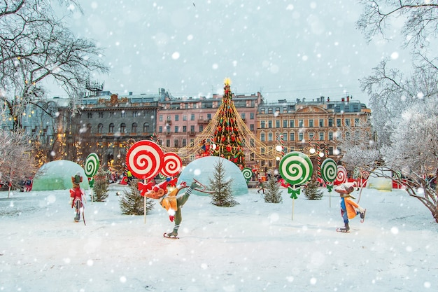 Marché de noël à saint-pétersbourg. animations festives. saint-pétersbourg, russie
