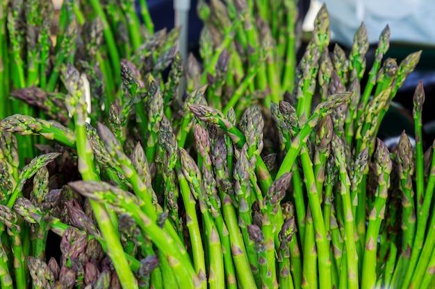 Marché paysan vendant des asperges fraîches