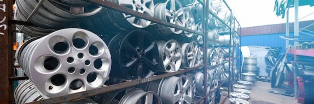 Marché des pièces automobiles. les roues de la voiture sont au sol.
