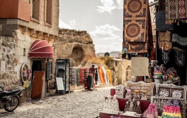 Marché de souvenirs avec de petites boutiques sans personnes en cappadoce, turquie