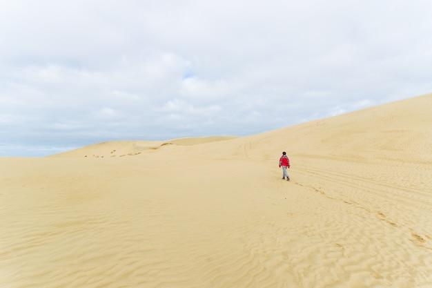Marcher sur les dunes de sable