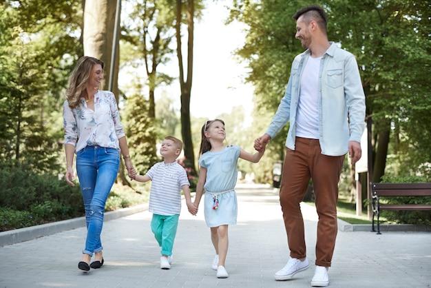 Marcher en famille au parc
