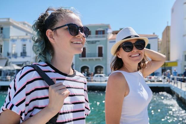 Marcher heureux mère parent et fille adolescente vacances d'été ensemble