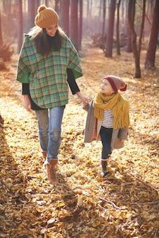 Marcher avec maman dans la forêt