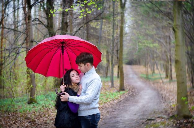Marcher tomber sous la pluie de parapluie amoureux
