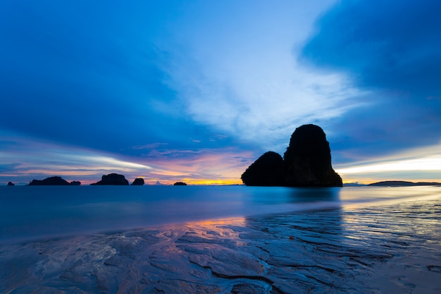 Marée basse au coucher du soleil dans la magnifique baie de railey, thaïlande