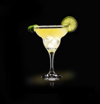 Margarita - boisson populaire sur une surface noire