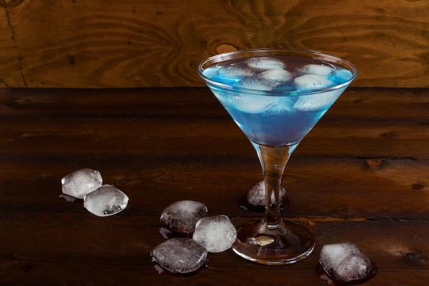 Margarita glacée bleue cocktail sur fond rustique