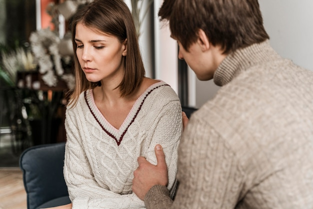 Mari essayant de parler à sa femme inquiète