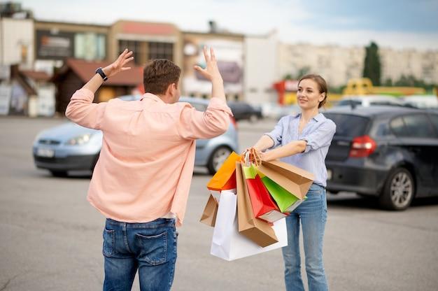 Le mari est choqué par les achats de la femme, le stationnement