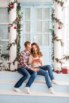 Le mari félicite sa femme pour le nouvel an et noël et offre des cadeaux