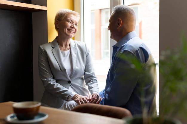Mari et femme ayant une bonne date dans un café