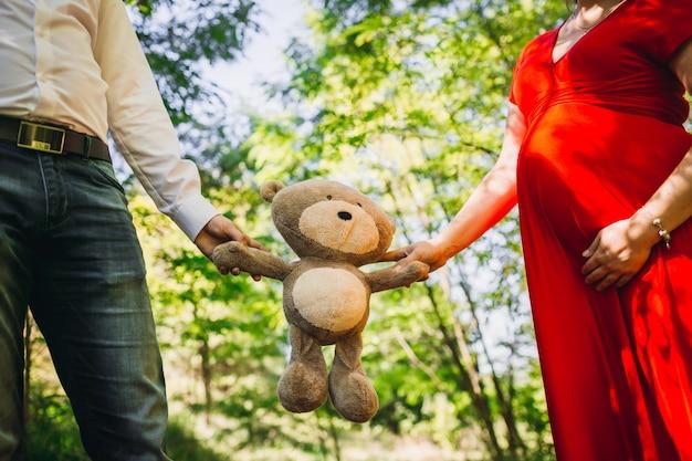 Le mari avec femme enceinte garde un jouet