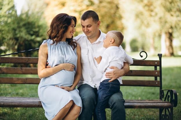 Mari avec femme enceinte et leur fils dans le parc