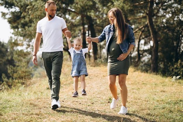 Mari avec femme enceinte et leur fils