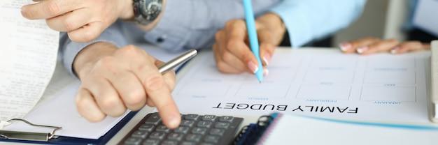 Mari et femme établissent un budget familial sur papier