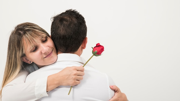 Mari et femme heureux le jour de la fête des pères