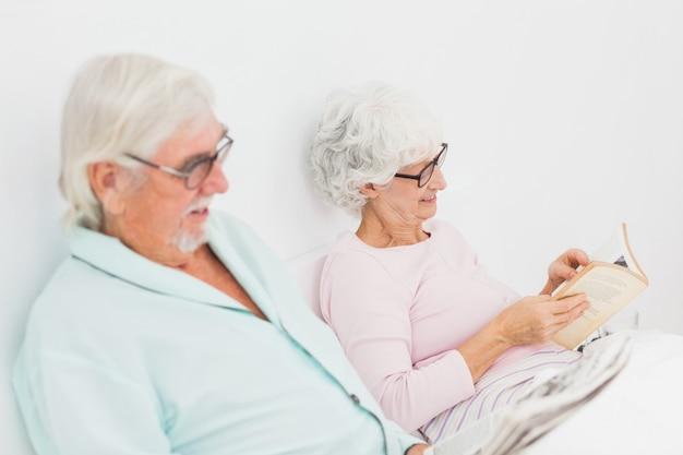 Mari et femme lisant au lit