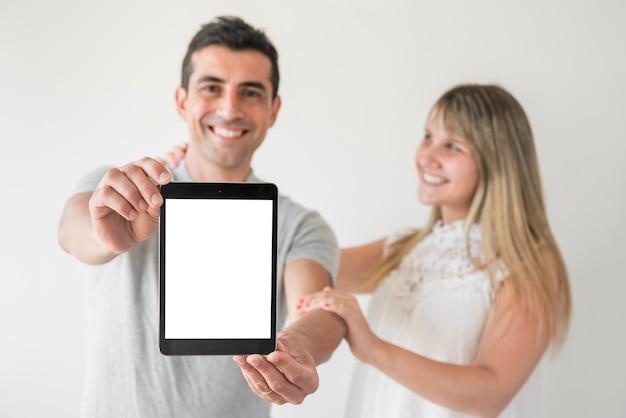 Mari et femme montrant une tablette le jour de la fête des pères
