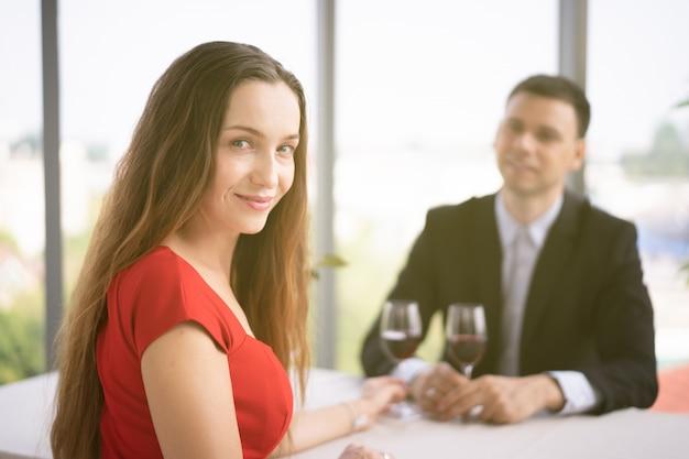 Mari et femme occidentaux déjeunant ensemble