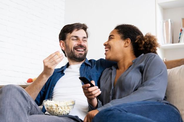 Mari et femme passent du bon temps ensemble