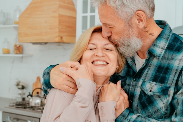 Mari Et Femme à La Retraite S'embrassent à La Maison Photo Premium