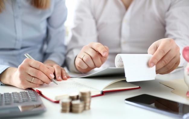 Le mari et la femme vérifient les achats pour