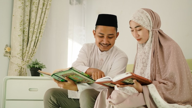 Mari musulman aidant sa femme à lire le coran