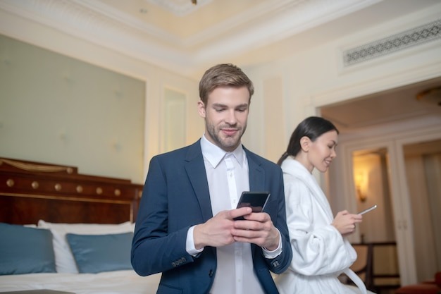Un mari et sa femme envoient des sms dans la chambre