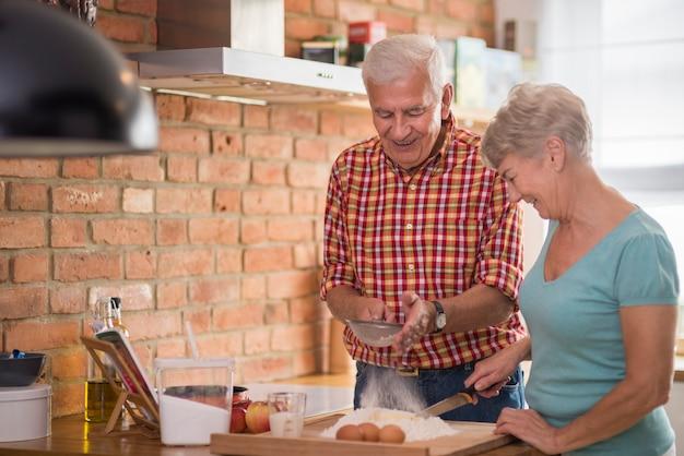 Le mari senior est une aide précieuse