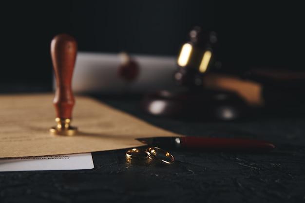 Mari signant un décret de divorce, dissolution, annulation du mariage.