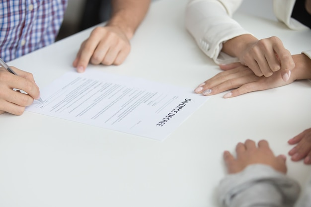 Mari signant le jugement de divorce autorisant la dissolution du mariage, gros plan