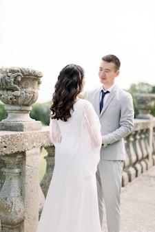 Mariage beau couple chinois dans la journée ensoleillée dans l'ancien château