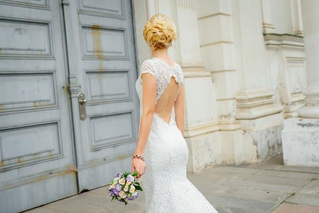 Mariage. belle mariée avec bouquet. portrait de mariée