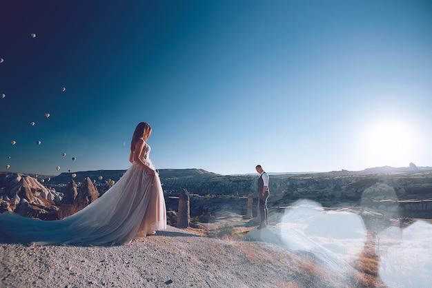 Mariage en cappadoce gãreme avec un jeune couple marié sur fond de ballons.