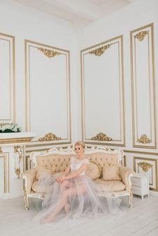 Mariage conceptuel, le matin de la mariée dans le style européen. robe boudoir, frais à l'intérieur. minimalisme blanc pour la mariée