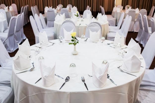 Mariage dans le style rustique. décoration de la table avec des fleurs et des couverts.