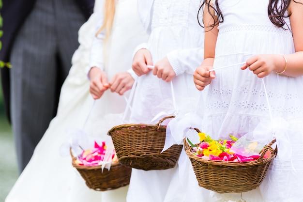 Mariage demoiselles d'honneur enfants avec panier de fleurs