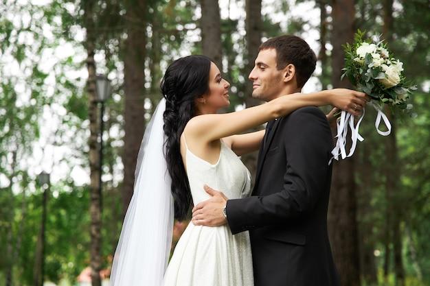 Mariage incroyable un couple amoureux, une jolie mariée et un marié élégant après la cérémonie de mariage