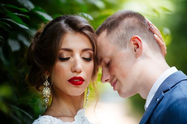 Mariage. jeune couple, récemment marié, tenant mains