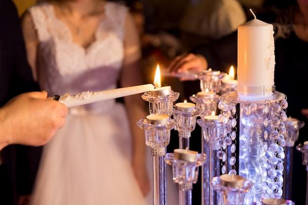 Mariage mariée et le marié couple allumé des bougies lors de la cérémonie de mariage.